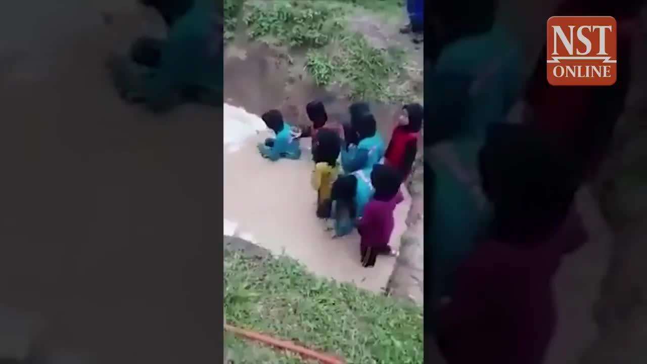 Polémica en Malasia por el vídeo de unas niñas obligadas a cruzar una charca con serpientes