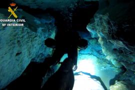 Buceadores de la Guardia Civil toman muestras de agua en la Cova des Pas de Vallgornera