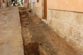 Halladas en Alcúdia seis posibles tumbas de los frailes franciscanos ocultas bajo la calle Sant Francesc