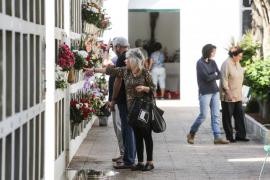 El Cementerio de Sant Antoni se acicala para honrar a sus difuntos