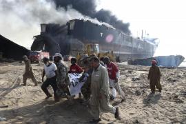 Al menos 10 muertos y 50 heridos tras registrarse explosiones en un barco en Pakistán