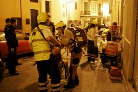 Los sanitarios asisten a tres intoxicados por humo en un incendio en Palma