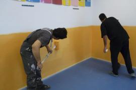 Los padres del colegio Miquel Duran i Saurina pintan las aulas tras negarse el Ajuntament d'Inca