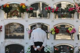El día de 'Tots Sants' en el cementerio de Vila