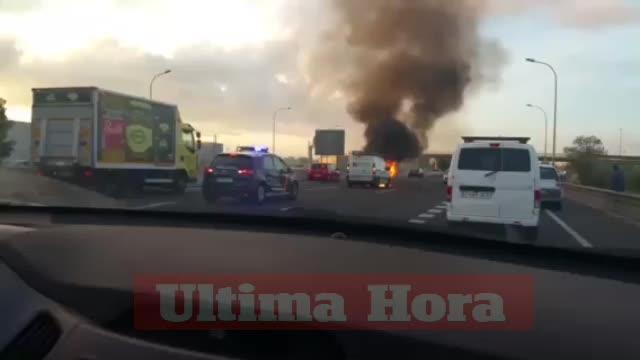 Una furgoneta arde en la autopista y provoca grandes retenciones