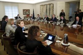 Rajoy pide a sus nuevos ministros «dialogar, consensuar y pactar mucho»