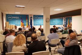 Un velatorio: Bauzá presidió la junta de Marratxí el miércoles, entre Sagreras y Prohens, cuando ya sabía que no sería ministro