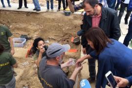Armengol visita la fosa de Porreres: «Son los huesos de la justicia, la libertad y la democracia»