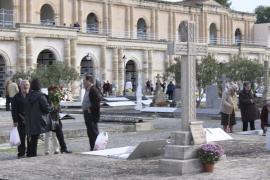 Peregrinaje a todos los cementerios de la Isla para llevar flores a los fallecidos