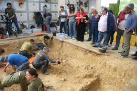 Emotiva visita a la fosa común de Porreres, donde ya se han recuperado restos de 27 personas