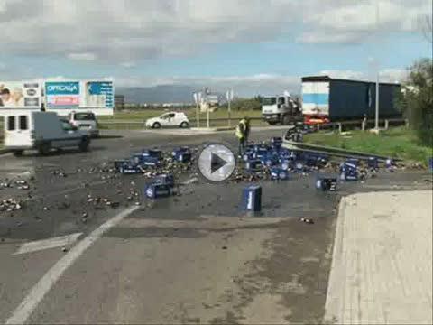 Un camión pierde cientos de botellines de cerveza al tomar una rotonda en Son Ferriol