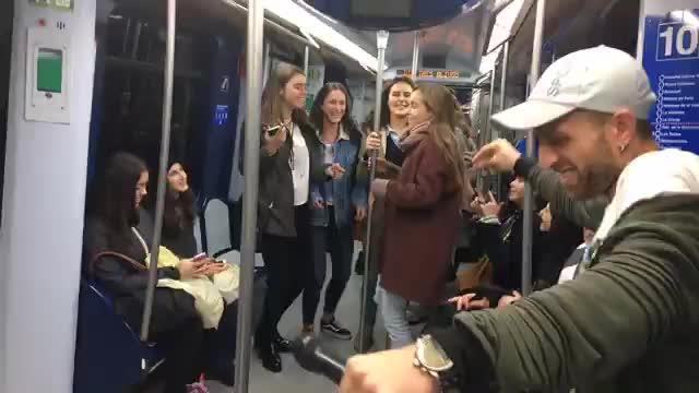 El metro de Madrid baila al compás de Shakira y 'La bicicleta'