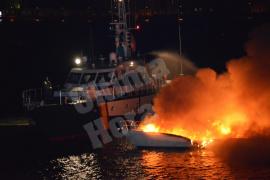 Arde una embarcación de diez metros en aguas del Port de Andratx