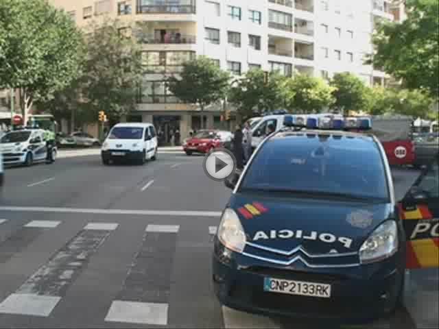 Cuatro policías intoxicados al rescatar a una mujer cuyo piso se incendiaba en Palma