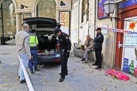 La policía registra el local ocupado por el pirómano detenido en Palma