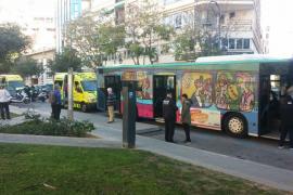 Doce heridos leves en un accidente de autobús en Palma