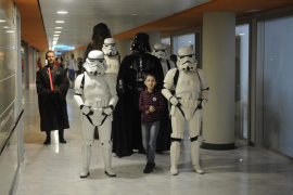 Los niños ingresados en Son Espases disfrutan junto a los personajes de Star Wars