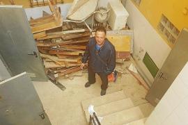«Llevamos 20 días con un socavón de tres metros y los sótanos inundados de tierra»