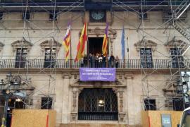 Cort coloca en su fachada una pancarta contra la violencia machista