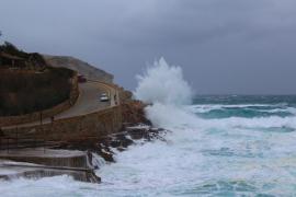 Alerta naranja por fuerte oleaje y amarilla por viento en Balears