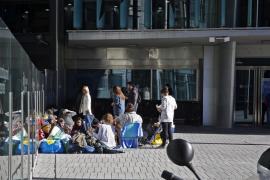 Unos 30 jóvenes esperan desde hace un mes para ver a Justin Bieber