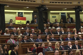Un senador despliega una bandera republicana durante el discurso del Rey