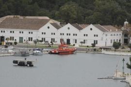 Salvamento rescata a tres tripulantes de un catamarán que se hunde junto a la Illa de l'Aire
