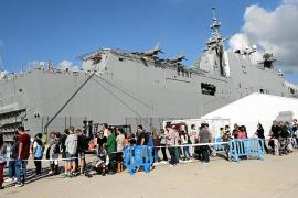 La visita guiada al 'Juan Carlos I' congregó a miles de ciudadanos