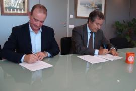 Joan Gual de Torrella y Jaume Ferrer durante la firma del convenio