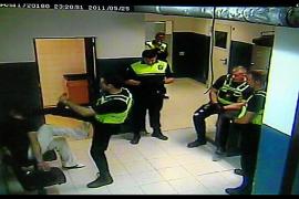 La Audiencia suspende la pena al policía condenado por la patada a un detenido