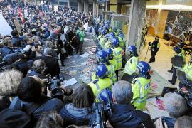 Los estudiantes toman las calles de Londres y asaltan la sede del Partido Conservador