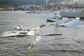 El temporal de viento y lluvia destroza cuatro embarcaciones en el Port d'Andratx