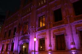 La sede del Consell de Mallorca se ilumina de violeta contra la violencia hacia las mujeres