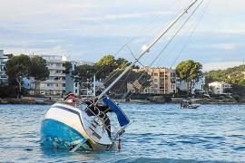 Retiran el velero encallado en la orilla de la playa de Santa Ponça