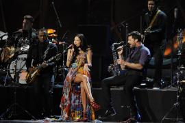 Juan Luis Guerra triunfa en unos vistosos Grammy Latino