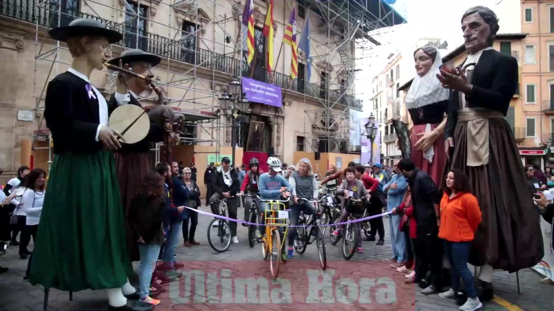 Cerca de 200 personas participan en la marcha contra la violencia machista celebrada en Palma