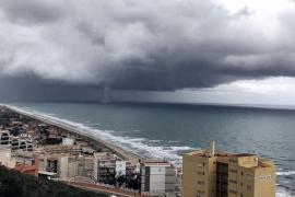 Una tormenta en Valencia deja espectacular tromba marina en la costa