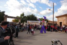 Más de 200 personas se manifiestan en Campos para exigir la reivindicada escuela nueva