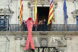 Cort cuelga un lazo rojo en la fachada para celebrar el Día Mundial de la Lucha contra el SIDA