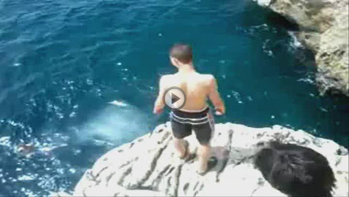 Un grupo de menores realiza saltos extremos en un acantilado de Peguera y lo cuelgan en internet