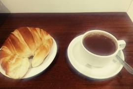 Pau Llull imparte un taller de chocolate en el obrador del Forn Fondo