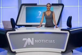 Una presentadora reaparece en televisión sonriente y sin pelo tras recibir tratamiento contra el cáncer de mama