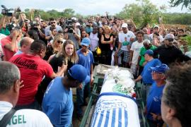 Enterradas entre el dolor y el cariño las víctimas de accidente aéreo en el que viajaba el Chapecoense