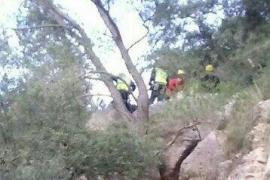Los Bomberos rescatan a un hombre herido tras caerse en el Pas d'en Topa, en Sóller