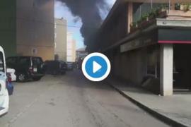 Un intoxicado y un edificio desalojado, consecuencias del incendio en un taller en Palma