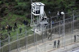 Más de 400 inmigrantes entran en Ceuta tras un asalto masivo al vallado