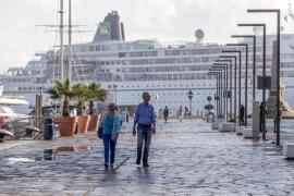 El buque 'Amadea' desembarca en el muelle viejo a 600 turistas