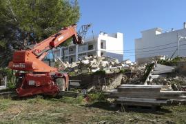 El Ajuntament de ses Salines finaliza el derribo del cuartel de carabineros pese a la oposición social