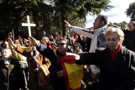 Partidarios y detractores de Franco se increpan ante el Valle de los Caídos