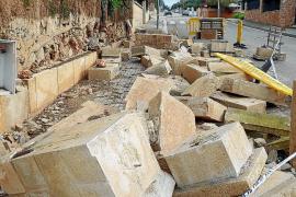 Los vecinos denuncian el derrumbe en la calle de un muro de una casa 'okupada' en Sant Marçal
